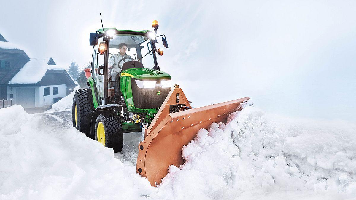 JD Kommunaltraktor mit Schneepflug